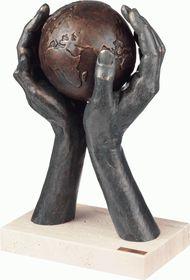 Скульптура «Мир в твоих руках»